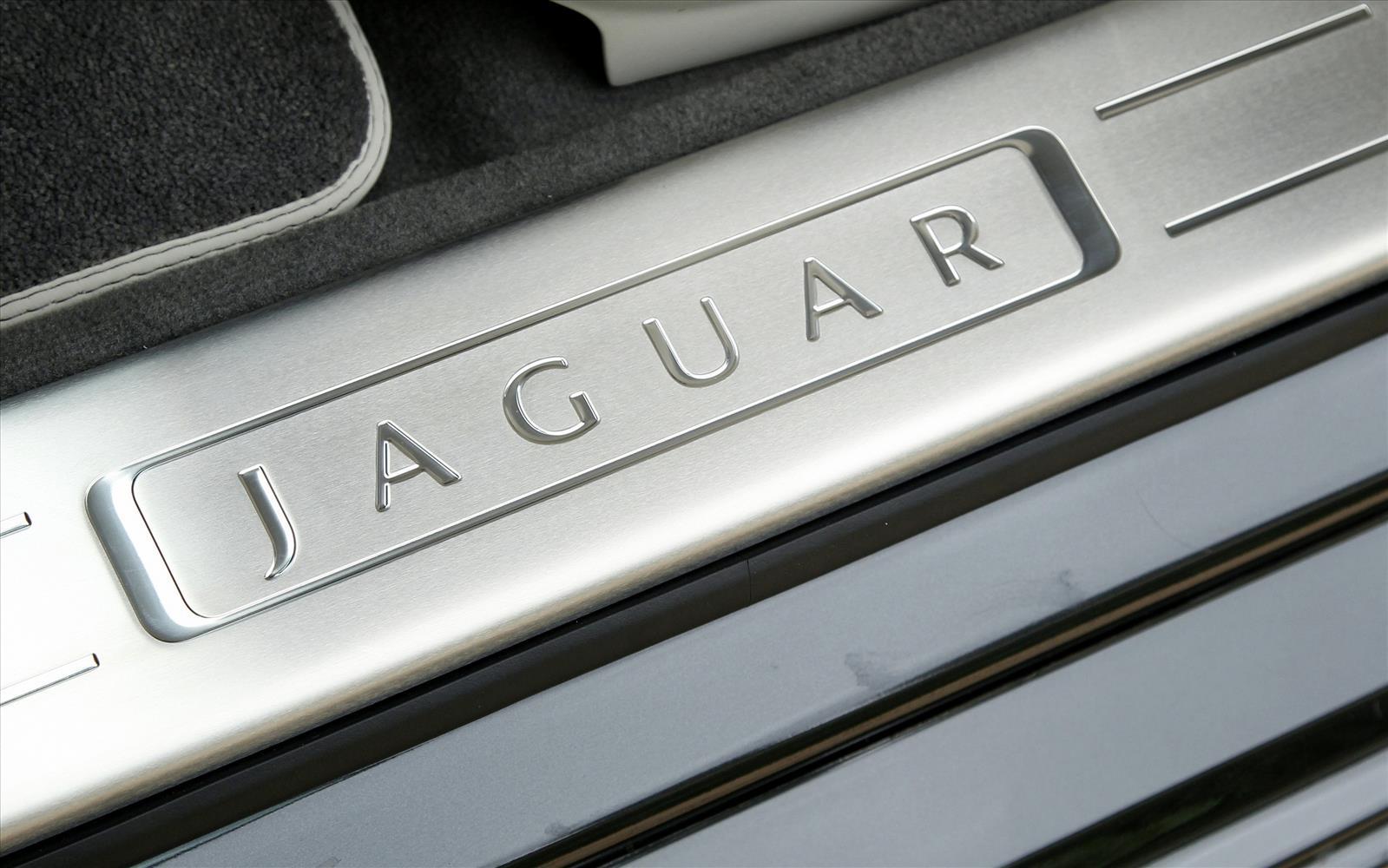 Jaguar XJ 2013 Sill Detail