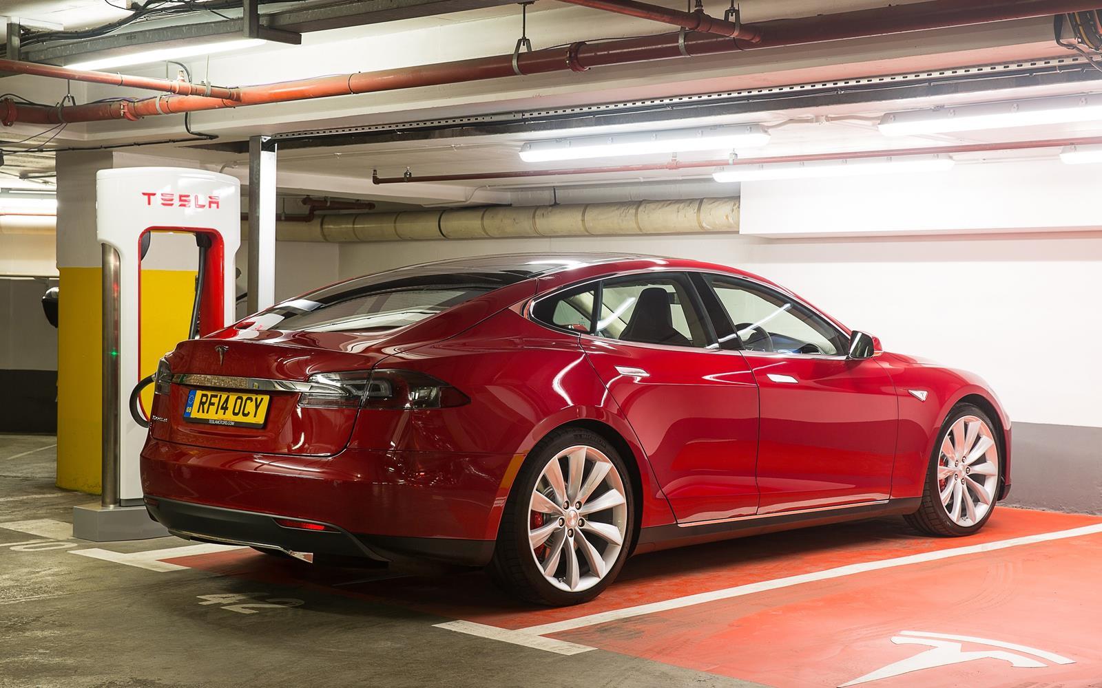Tesla Model S 2015 Rear at Supercharger